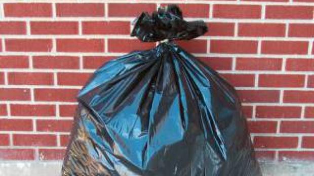 Legati sacul de gunoi